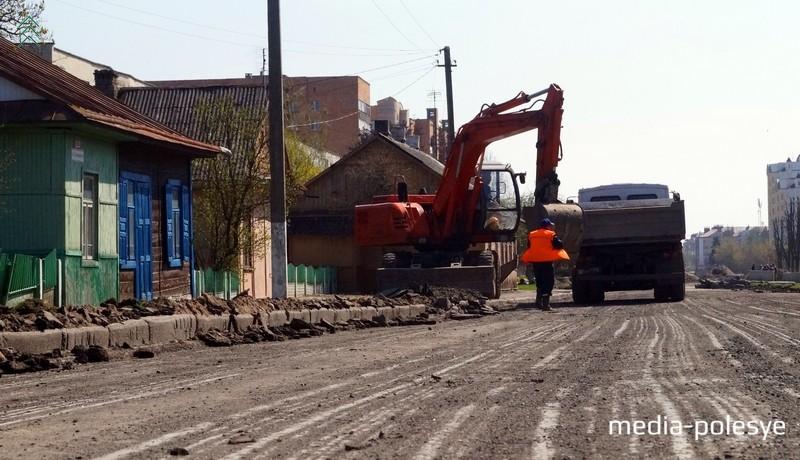 Слои асфальта постепенно снимаются и вывозятся, они будут использованы для ремонта второстепенных дорог