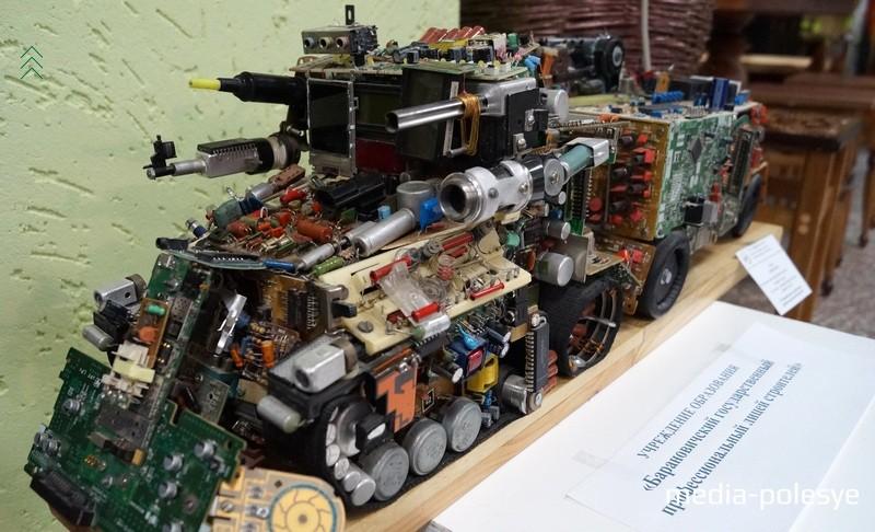 Футуристический грузовик из электронных плат и конденсаторов