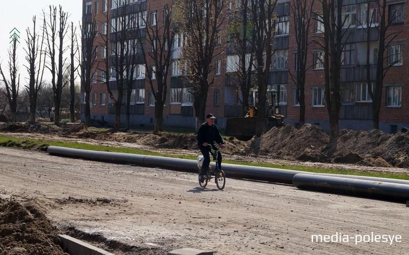 Движение на автотранспорте здесь запрещено, но на велосипеде проехать можно