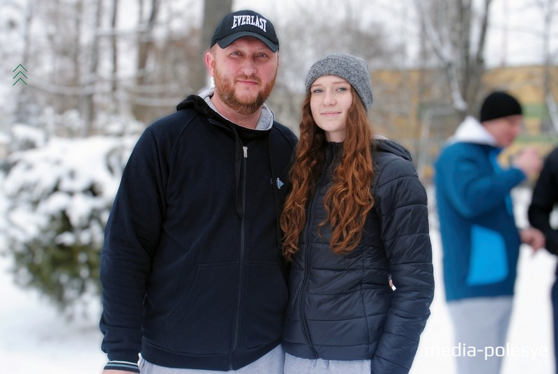 Ольга со своим отцом. Фото Дарьи Касюк для Медиа-Полесья