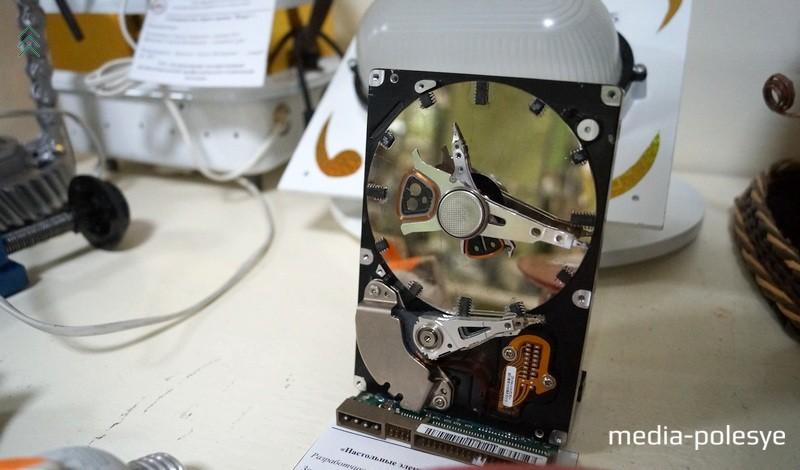 Настольные часы сделанные из привода жесткого диска компьютера