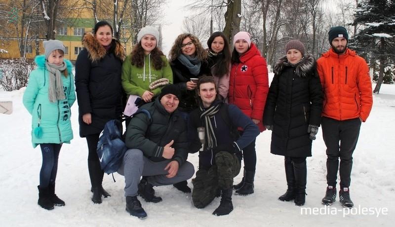 Члены БОО «С добротой по миру», сидит слева представитель горисполкома Юрий Бушик. Фото Дарьи Касюк для Медиа-Полесья
