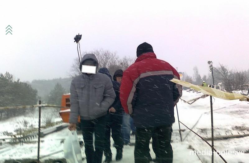 Мужчины с пакетами советуют приготовить по 2 рубля