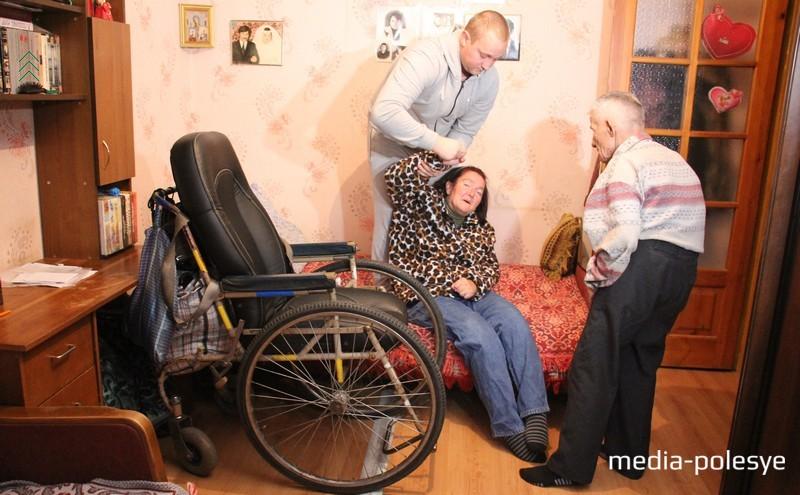 У Татьяны «зажимаются» руки и ноги. Перед тем, как посадить её в коляску, необходимо долго разминать суставы