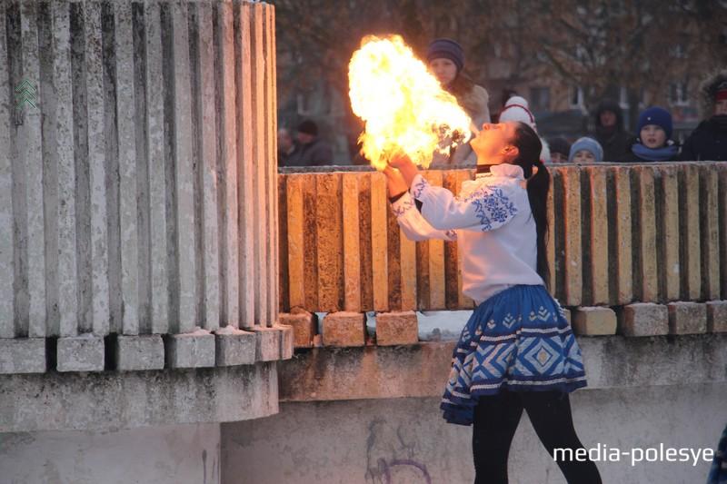 Девушка поджигает чучело Зимы