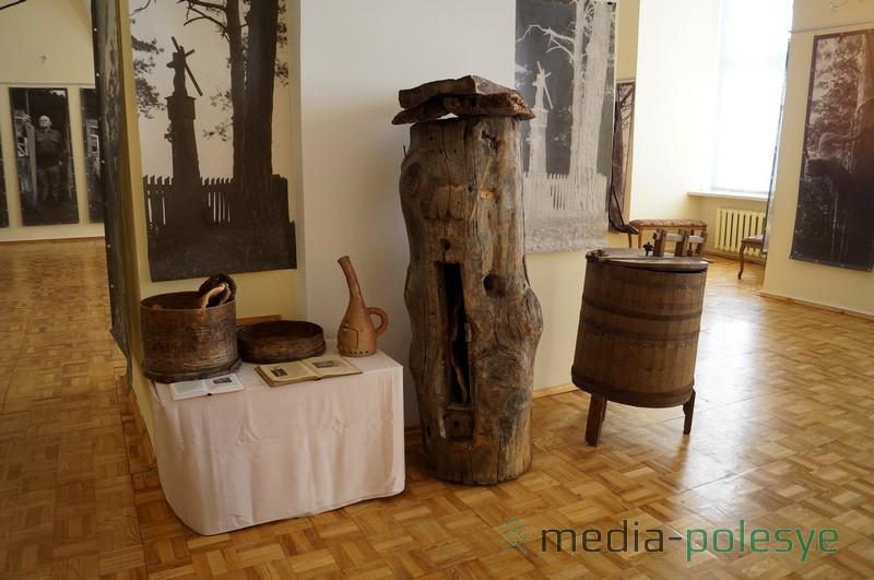 Пинский пчеловод Николай Качановский предоставил для выставки настоящую борть, медогонку и другие приспособления бортников