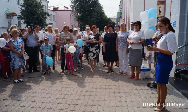 На открытии присутствовали представители местных властей, руководители Белпочты и десятки горожан