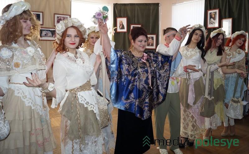 Театр моды =Дива= представил две коллекции одежды, которые создала Анна Петровна - =По улицам Парижа= и «=Полесский Прованс=