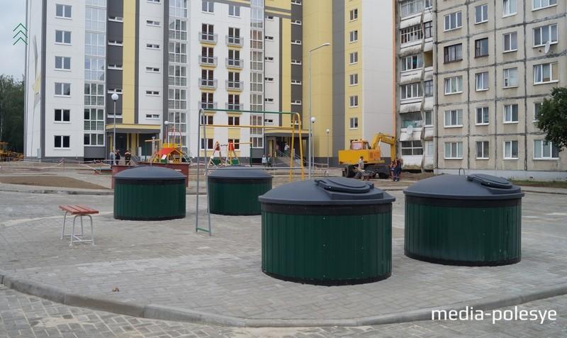 В нескольких десятках метров от площадки для сбора мусора находится детская игровая площадка