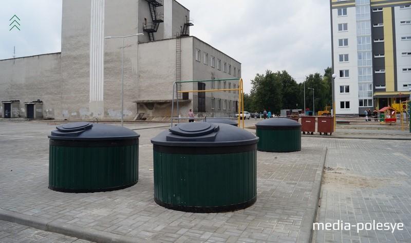 Коричневые контейнеры для раздельного сбора мусора (на заднем плане) выглядят как-то не современно