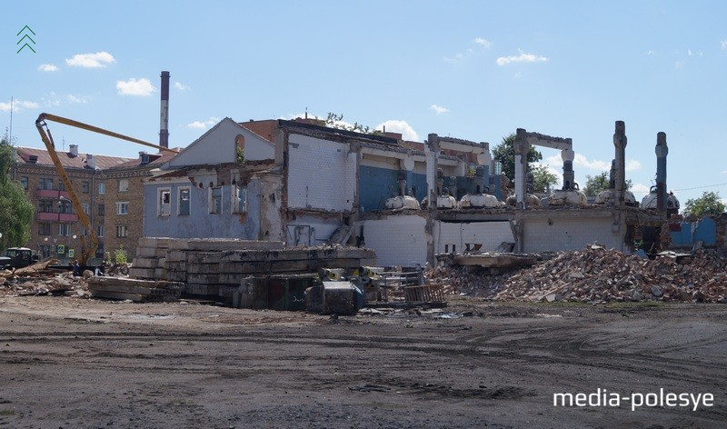 Долгое время в бывшем здании тюрьмы располагался биомиционовый завод. На снимке видны ёмкости для химпроизводства