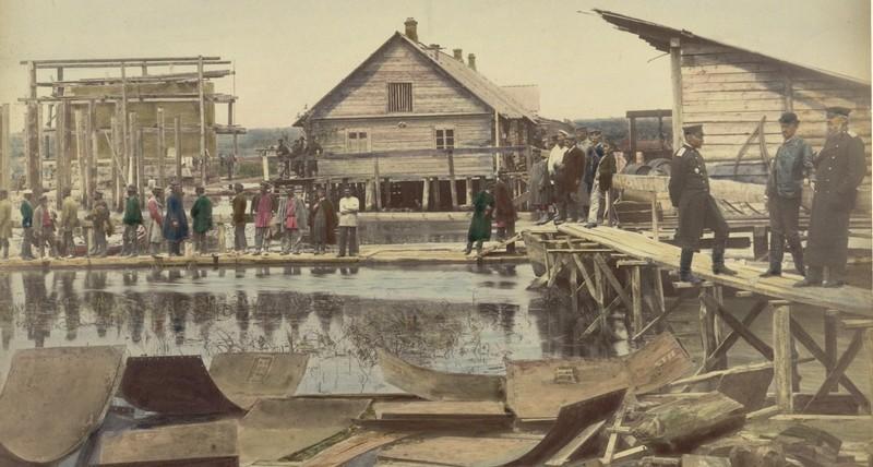 Жилые помещения на сваях для рабочих и кладовые при работах по сооружению моста через реку Припять