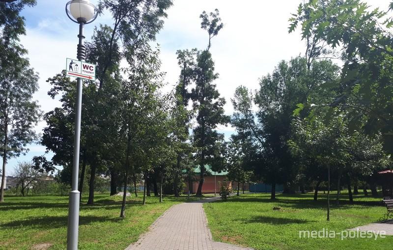Общественный туалет в городском парке найти легко