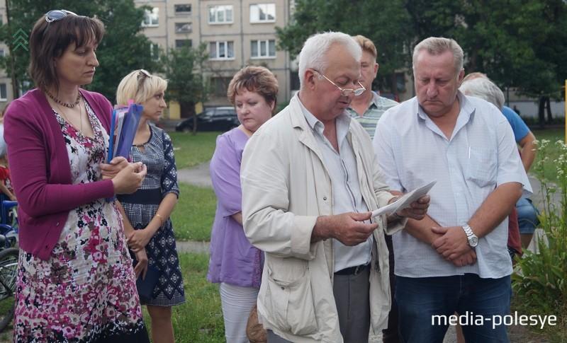 Замначальника ЖЭС№5 Сергей Хлус (в очках) непреклонен: всё сделано по закону