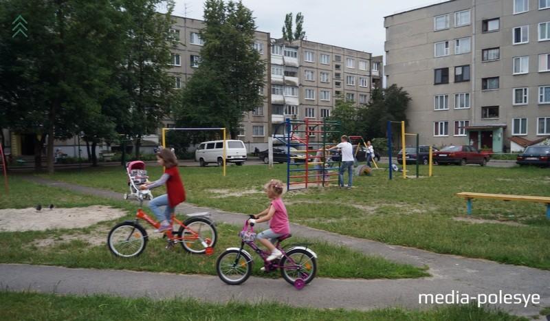 Родители считают, что в их дворе не на чём играть детям до 5 лет, остались турники, шведская стенка, качели и металлическая горка