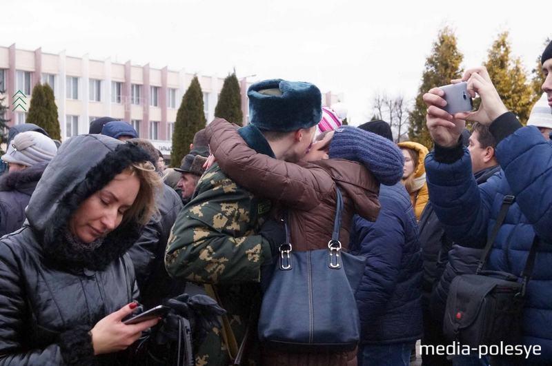 Командиры разрешили обняться с родными