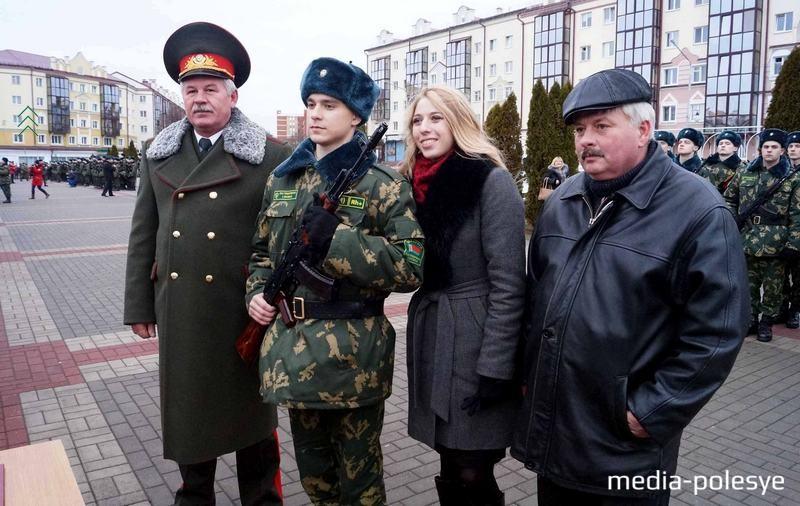 Виктория Глушакова (в центре) приехала на присягу к своему мужу Игорю (стоит слева от неё). Зампредседателя госпогранкомитета Беларуси Анатолий Лаппо (крайний слева) в знак уважения сфотографировался с молодой семьёй