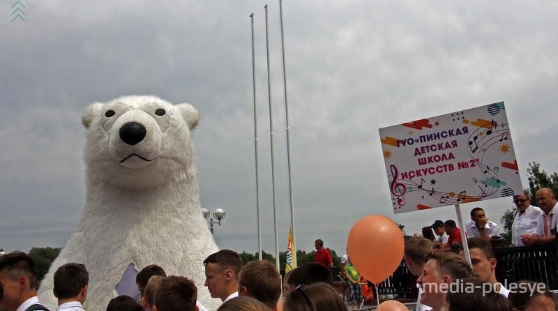 На фестиваль пришёл даже белый медведь