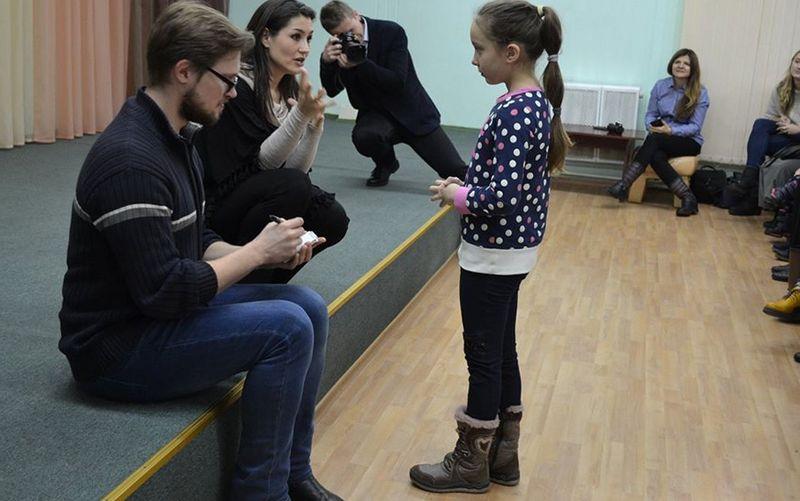 Маккензи Томас объясняет девочке, что она не озвучивала мультик, а только исполняет песни принцесс из мультфильмов на концертах, фото Pinsk Info USA