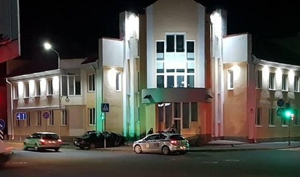 В Пинске «Пежо» врезался в здание Станции переливания крови