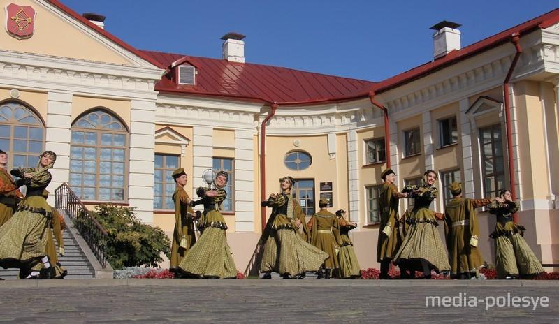 Танец пинской шляхты у дворца Бутримовича