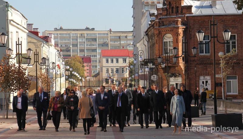 Улица Ленина на своём протяжении оформлена в разных стилях