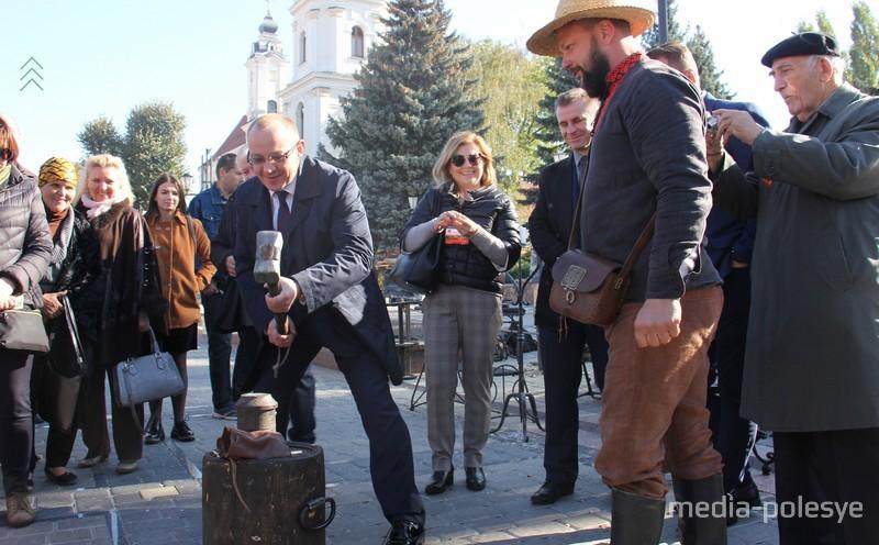 Бывший глава города Андрей Мулярчик чеканит памятную монету