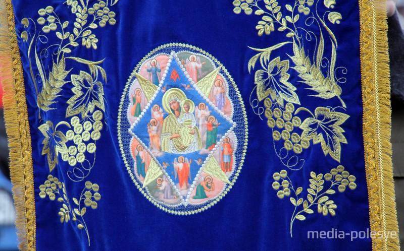 Изображение иконы Неопалимая купина вышито на хоругви спасателей