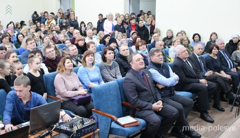 Зал полон народу. В первом ряду слева Александр Даркович и Гедиминас Таранда