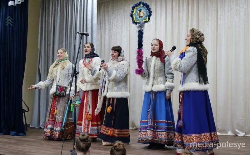 На сцене фольклорный ансамбль «Заряница» из города Великие Луки Псковской области