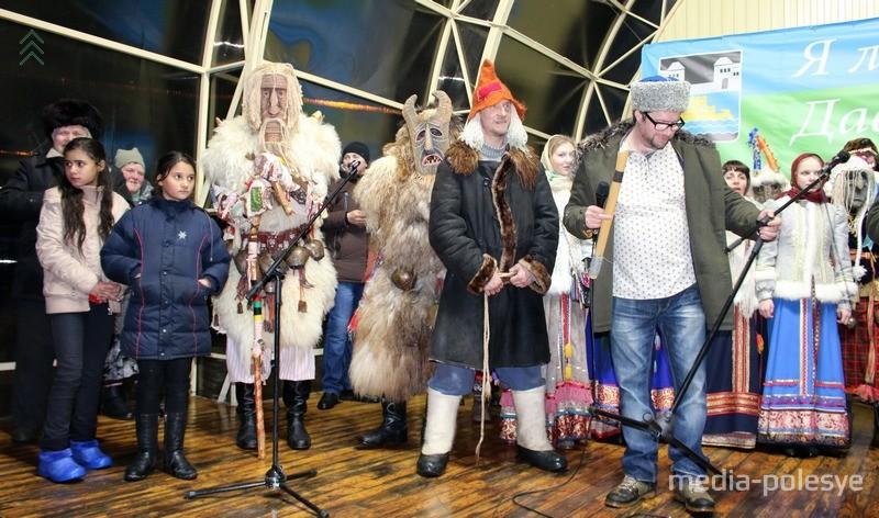 Окрутники из Москвы на сцене амфитеатра