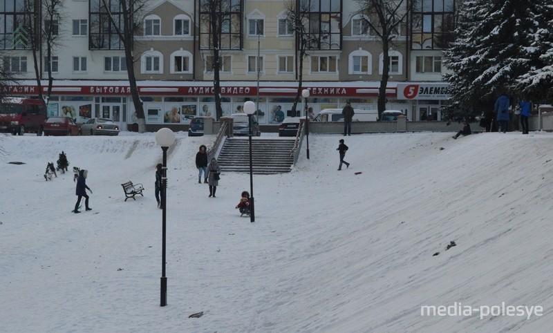 На горке за Лениным всегда катались дети. Фото из архива МП