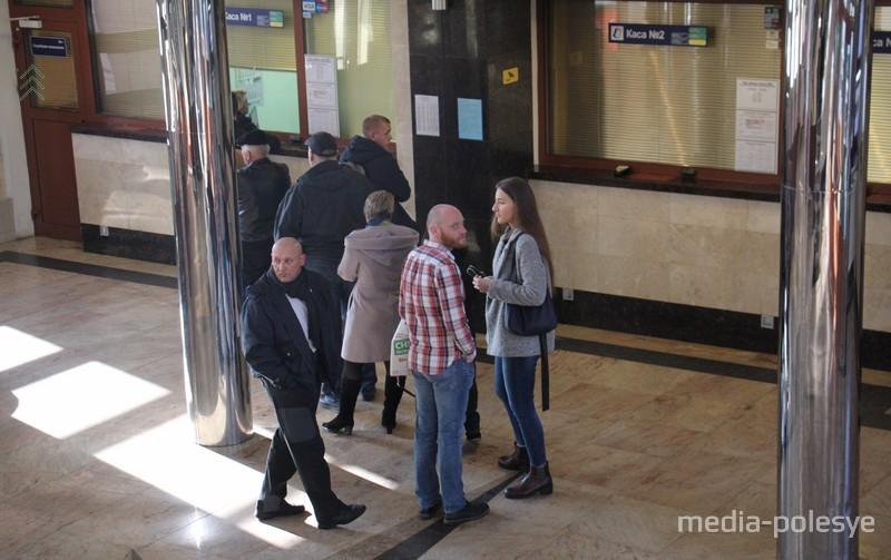 Сотрудники вокзала просят пассажиров не отвлекать кассиров длительными расспросами, и очереди станут меньше