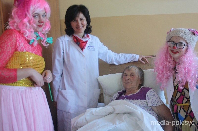Пациенты филиала Молотковичской больницы также рады визиту клоунов