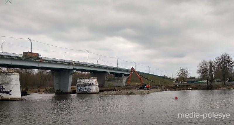 Ведутся работы по сооружению временного моста