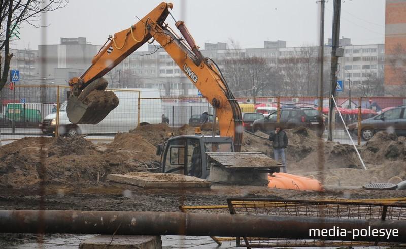 Изначально яма казалась неглубокой, но, чтобы ликвидировать аварию, потребовался огромный объём работ