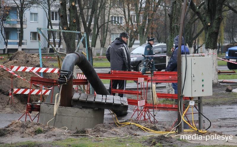Повреждённый участок канализации перекрывают, и стоки при помощи насосов перекачивают по обводным трубопроводам