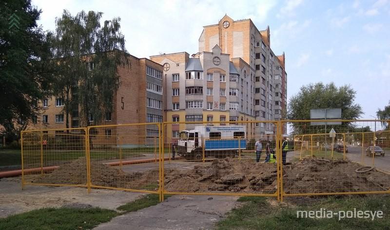 Провал грунта над коллектором на улице Парковой