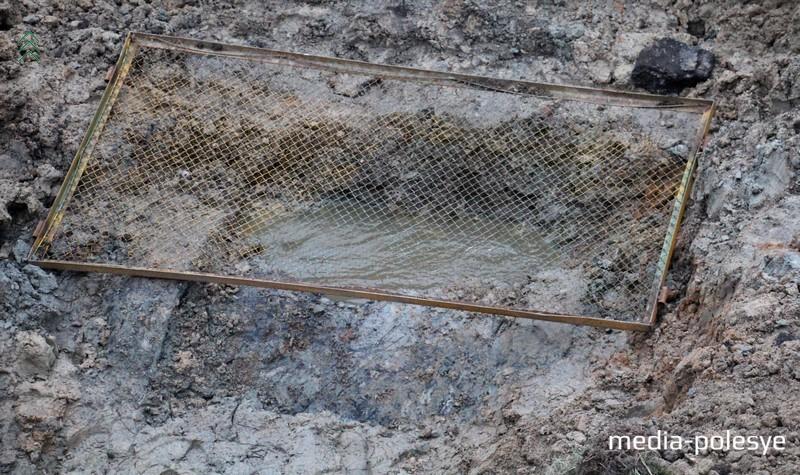 От воздействия агрессивной среды старые бетонные трубы разрушаются и стоки вымывают грунт в трубу. На фото видно, что свод трубы коллектора полностью разрушен