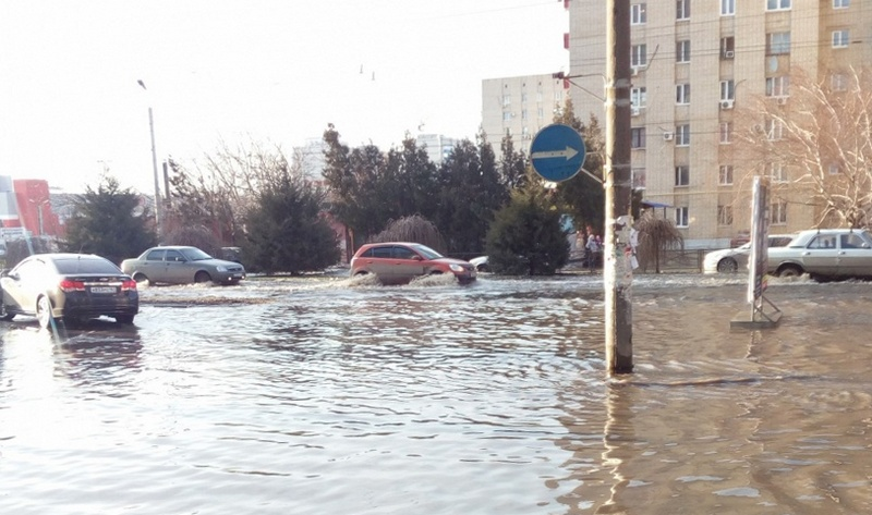 Канализационные стоки на улицах Таганрога. Фото www.161.ru