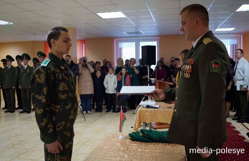 Командир Пинского погранотряда Максим Бутранец (справа) принимал участие в церемонии