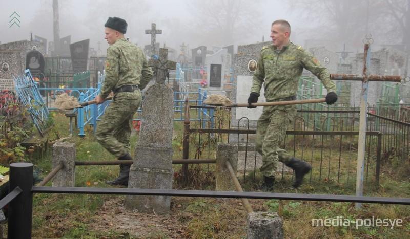 Пинские пограничники помогали благоустраивать могилу