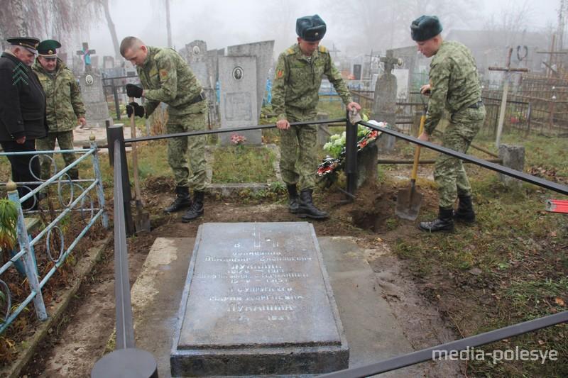 У могилы установили новую ограду