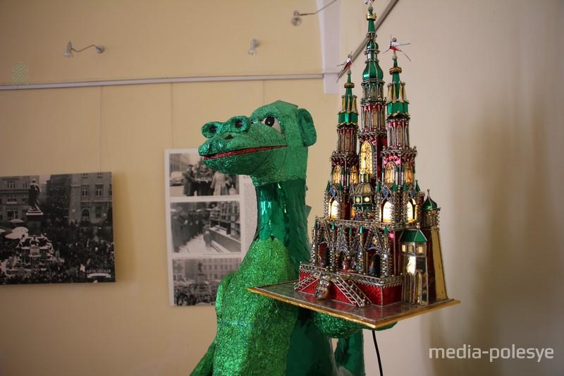 Краковский дракон держит шопку