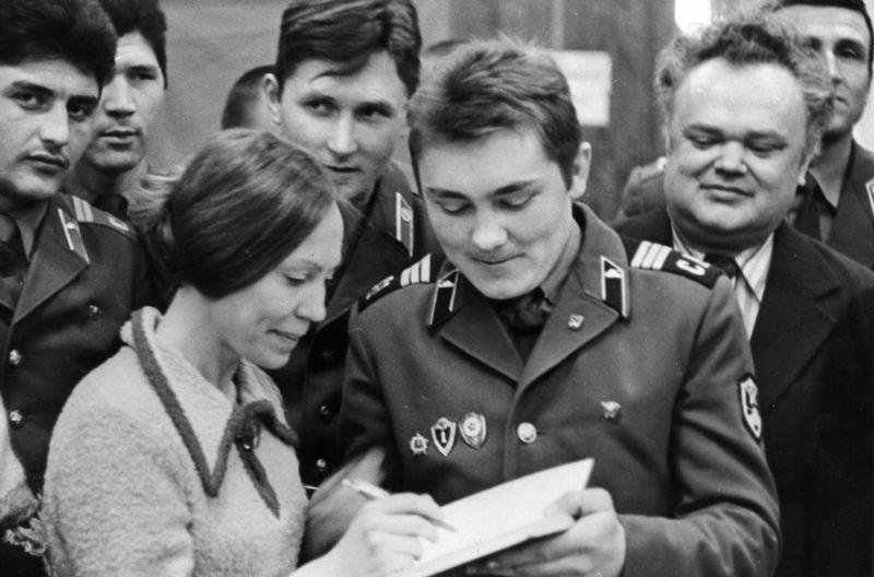 Евгения Янищиц на встрече с военными. 1980-е гг. Фото Анатолия Рождество. Из фондов БГАМЛиМ