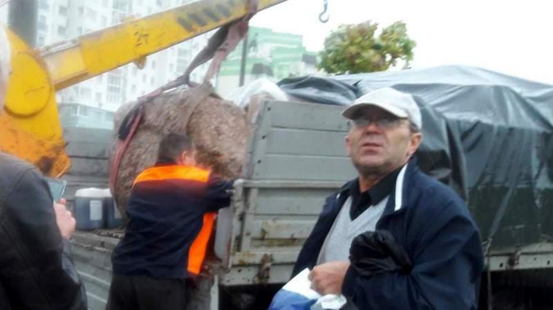 Отгрузка валуна из Минска в Ольпень. Пётр Шпаковский первый слева. Фото со странички П.Шпаковского в ОК