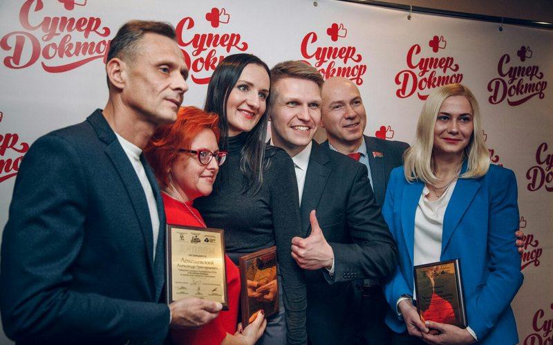 Александр Лемешевский с другими призёрами конкурса и организаторами