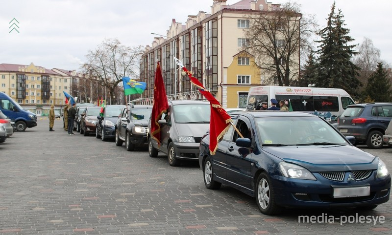 Автомобили перед началом автопробега