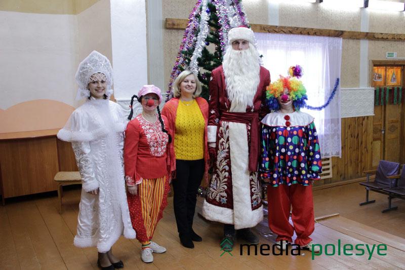 Участники праздника в Речицком ГДК: Снегурочка, Дед Мороз, клоуны в роли ведущих и методист райметодцентра Ирина Вабищевич (в центре)