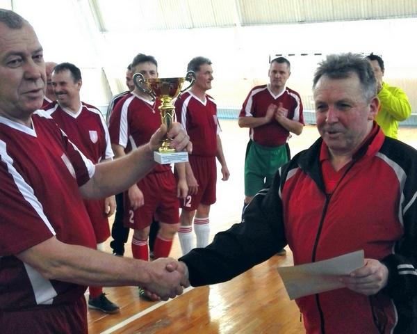 Кубок получает капитан команды-победительницы